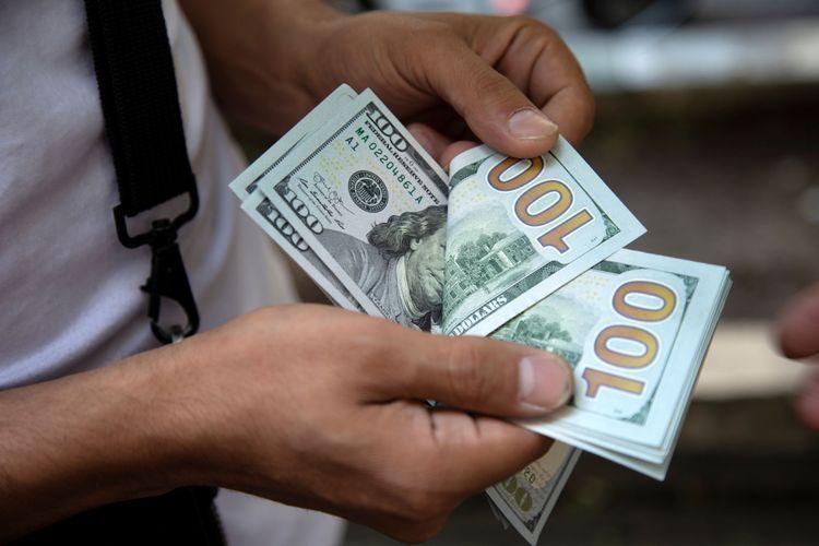 В Азербайджане покупка наличных долларов населением сократилась почти на 20%