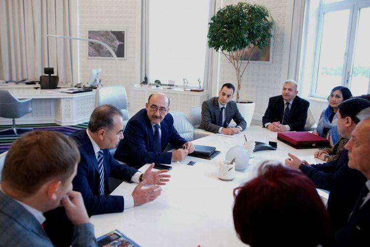 Əbülfəs Qarayev Bakıda keçirilən beynəlxalq elmi konfransın bir qrup iştirakçısı ilə görüşüb