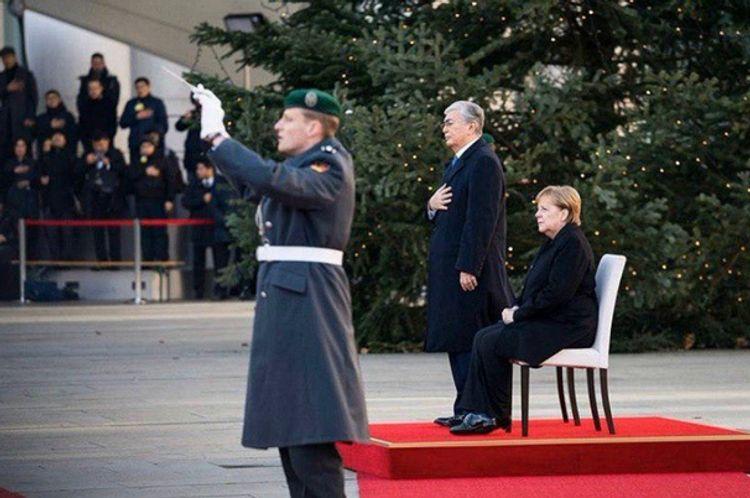 Меркель слушала сидя гимн Казахстана на встрече с Токаевым - ВИДЕО