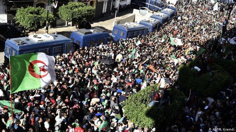 В столице Алжира накануне выборов президента начались протесты