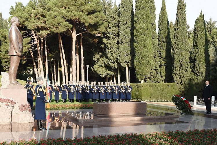 Президент Ильхам Алиев посетил могилу Гейдара Алиева - ОБНОВЛЕНО-1