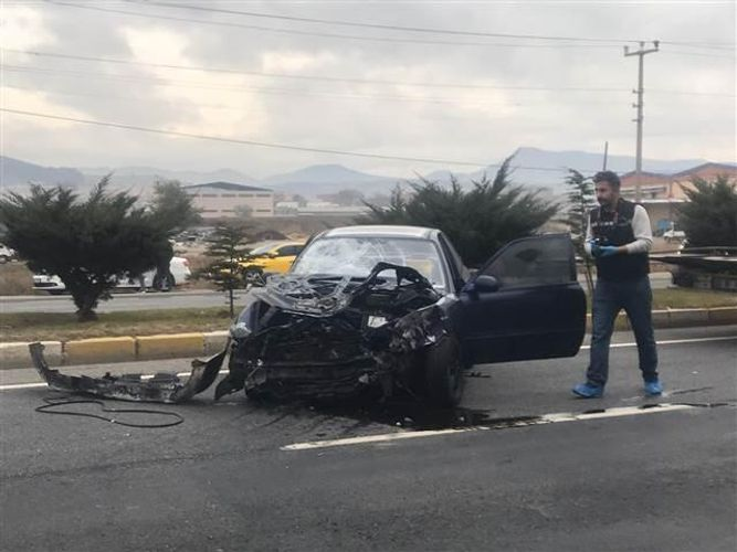 Türkiyədə avtomobil dayanacağa çırpılıb, 3 nəfər ölüb