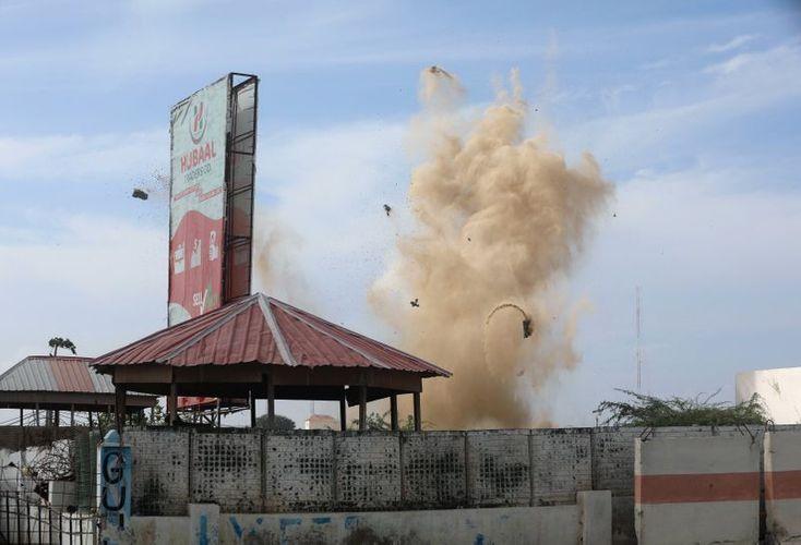 Somali militants claim responsibility for attack outside Somali hotel