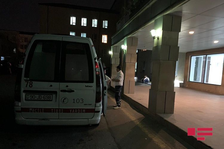 В Баку трехлетняя девочка выпала с 3-го этажа