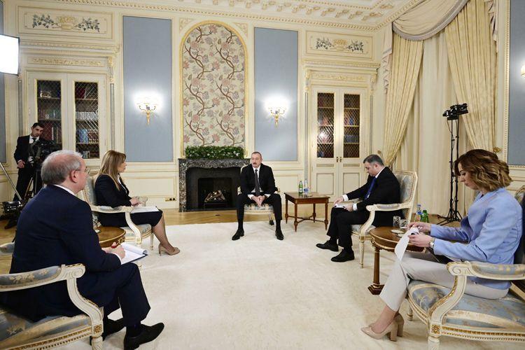 Президент Азербайджана Ильхам Алиев дал интервью местным журналистам - <span class=