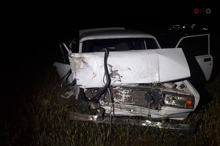 В Баку легковой автомобиль врезался в грузовик, пострадали 2 брата