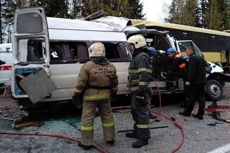 Rusiyada mikroavtobus yük maşını ilə toqquşub, 6 nəfər ölüb