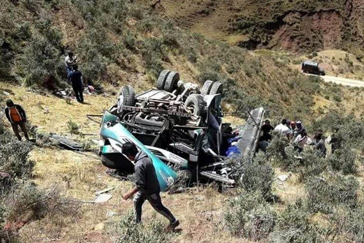 Peruda avtobus dərəyə aşıb, 8 nəfər ölüb