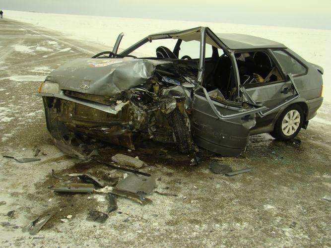 В Баку автомобиль врезался в бетонное ограждение, есть погибшие
