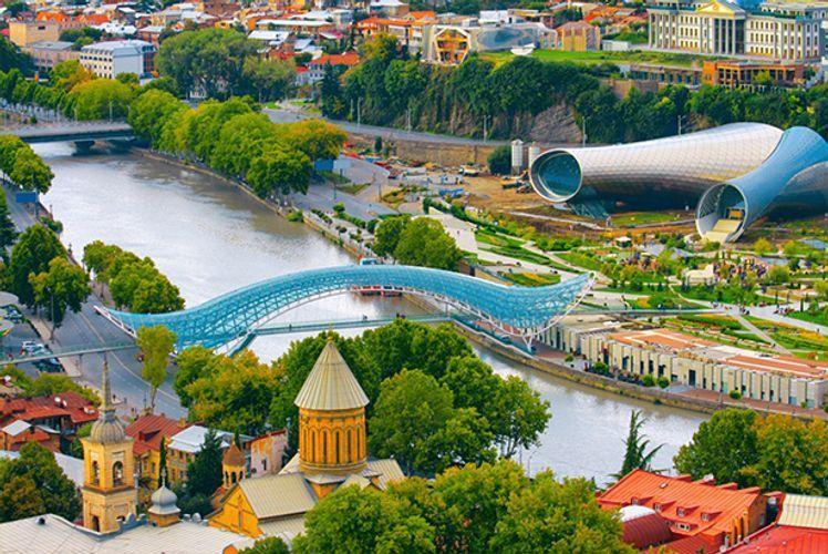 Tbilisidə bina uçub, fəhlələr dağıntıların altında qalıb
