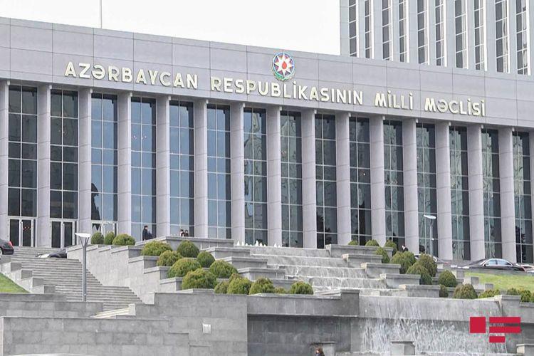"""Parlamentdə """"Dövlət rüsumu haqqında"""" qanuna dəyişikliklər birinci oxunuşda qəbul edilib"""