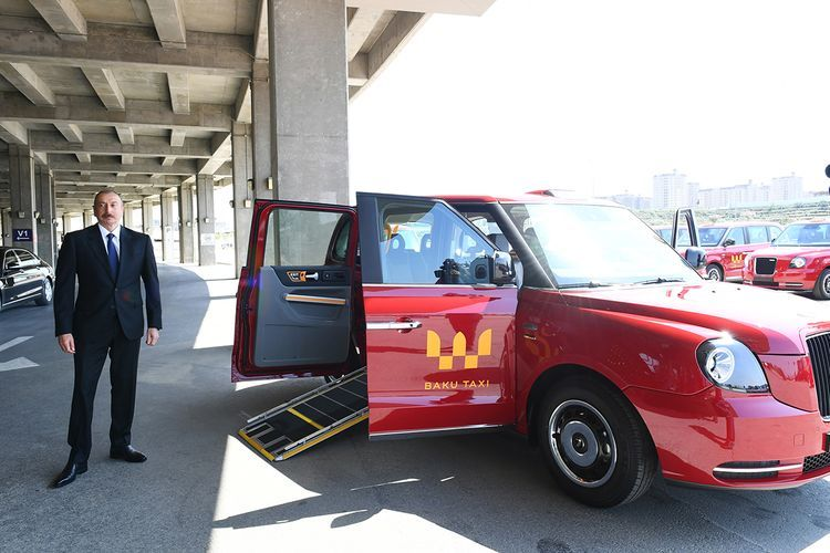 Президент Ильхам Алиев ознакомился с доставленными в Баку новыми «Лондонскими такси» модели ТХ - ОБНОВЛЕНО