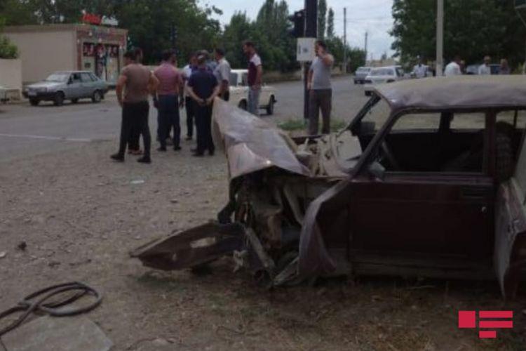 Bərdədə avtomobil aşıb, sürücü xəsarət alıb