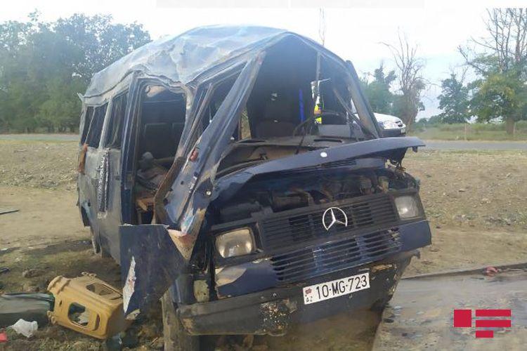 Samuxda mikroavtobus aşıb, 11 yaralı var - <span class=