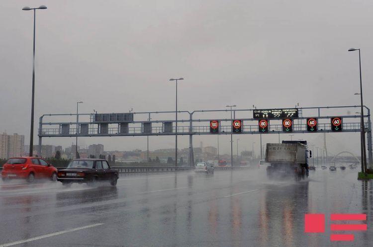 На основных автомагистралях Баку снижен предел скорости