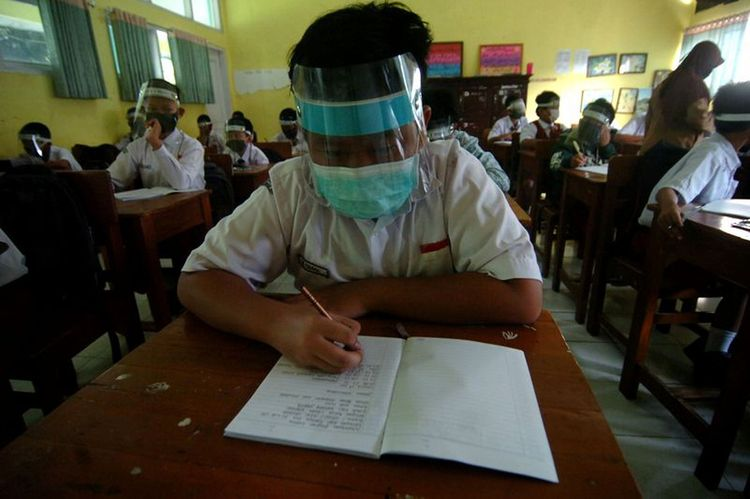 Indonesia reports 1,902 new coronavirus infections, 69 deaths