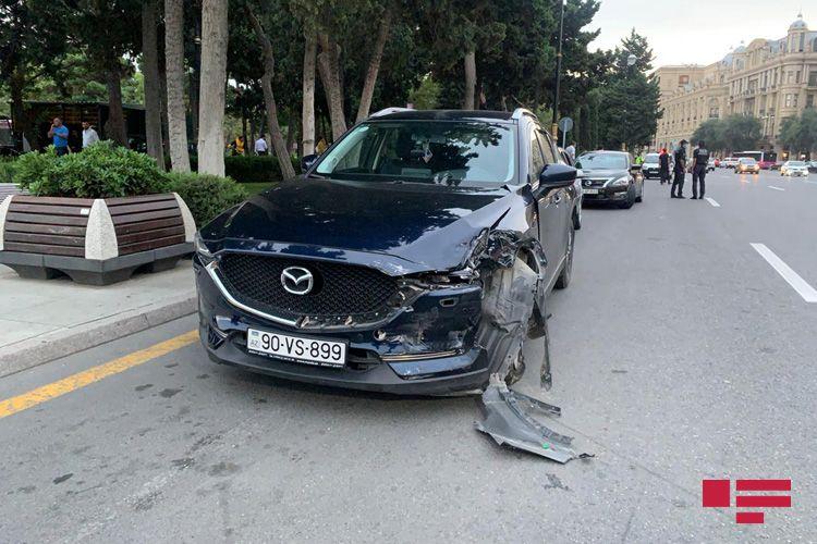 """Bakıda """"Mazda"""" taksiyə çırpılıb, iki sərnişin xəsarət alıb - <span class='red_color'>FOTO</span> - <span class='red_color'>VİDEO</span>"""