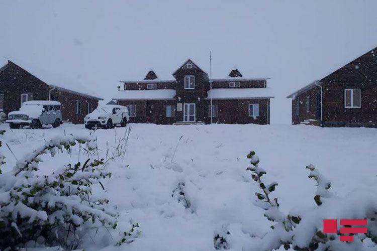 В высокогорных районах Азербайджана выпал снег - <span class=