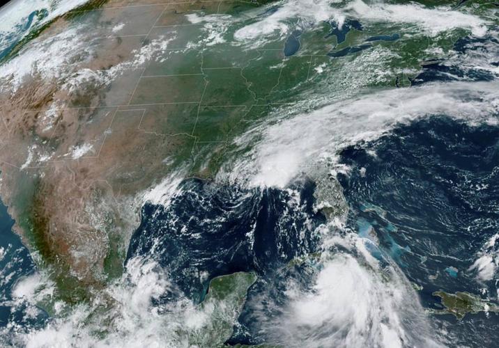 Twin U.S. Gulf Coast storms move energy giants to deep production cuts