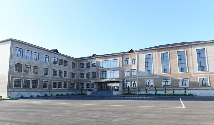 Президент Ильхам Алиев и первая леди Мехрибан Алиева приняли участие в открытии здания новой школы в Баку