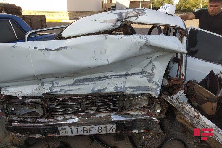 Beyləqanda avtomobil dirəyə çırpılıb, sürücü ölüb
