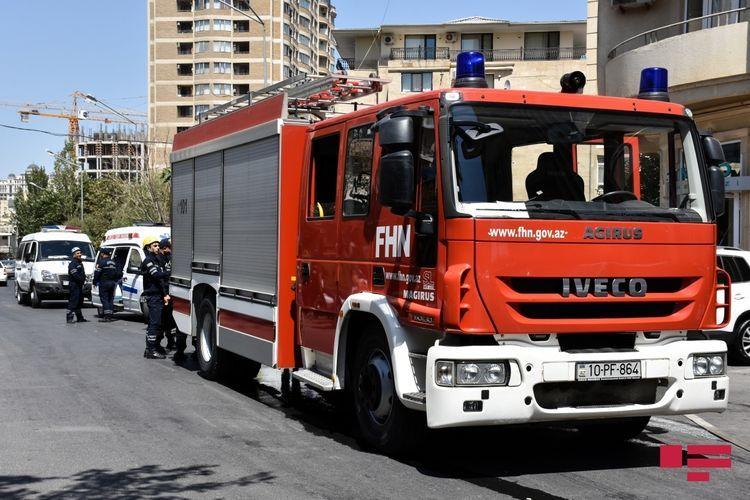 В Баку произошел пожар в многоэтажном здании, эвакуированы 12 человек - ОБНОВЛЕНО