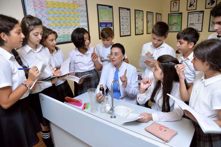Обнародовано число учителей и учащихся в школах Баку