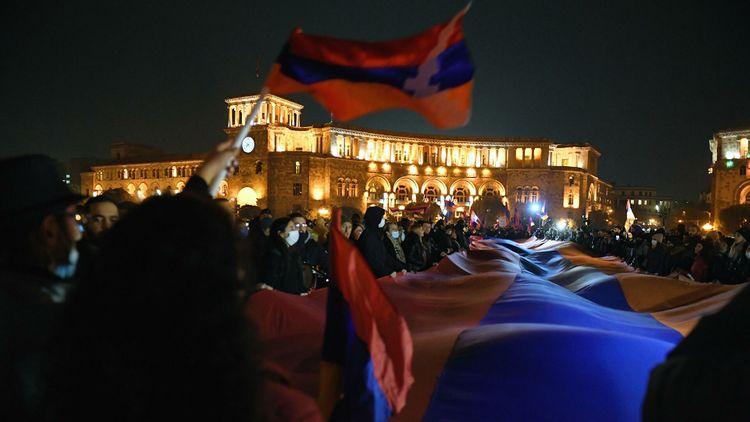 В Ереване протестующие остались ночевать на площади у Дома правительства - ВИДЕО