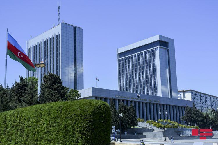 Началось заседание парламента, в заседании также принимает участие премьер-министр Али Асадов