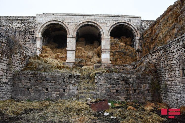 Превращенная армянами в склад мечеть, ставший хлевом каравансарай, каска врага, неизвестный памятник - РЕПОРТАЖ - ФОТО