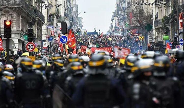 В Париже полиция разгоняет несанкционированный марш «желтых жилетов»