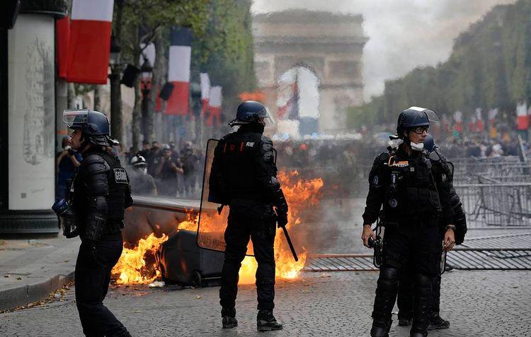 В ходе несанкционированной акции протеста в Париже задержали трех человек