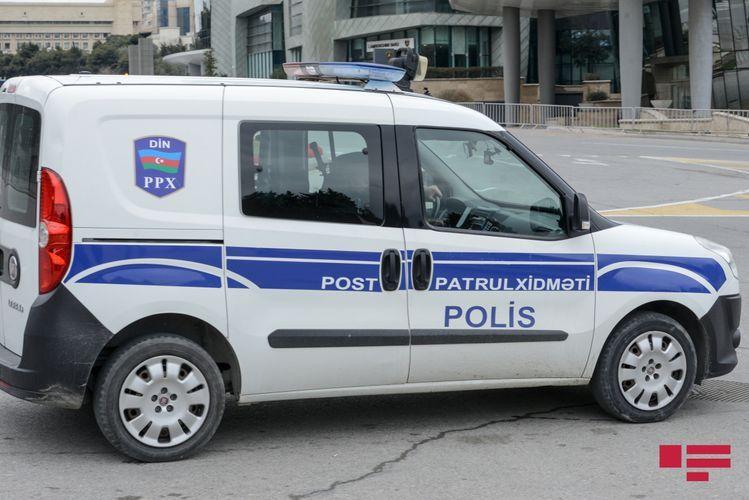 В Баку автомобиль сбил сотрудника полиции и уборщицу, полицейский погиб