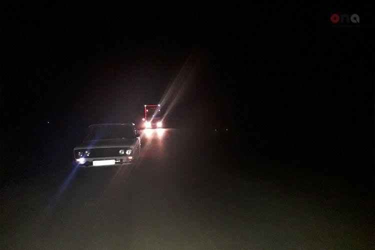 Водитель Opel тяжело пострадал при столкновении с грузовиком в Евлахе