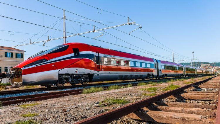 На севере Италии скоростной поезд сошел с рельсов
