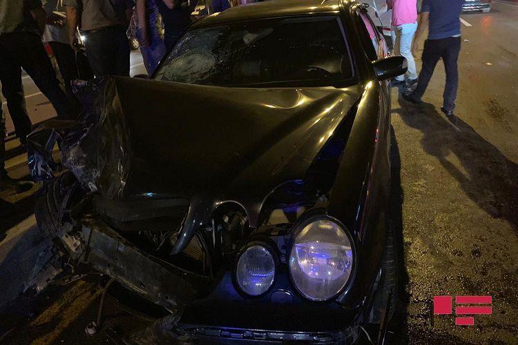 В Гяндже Mercedes попал в ДТП, есть погибший и раненый