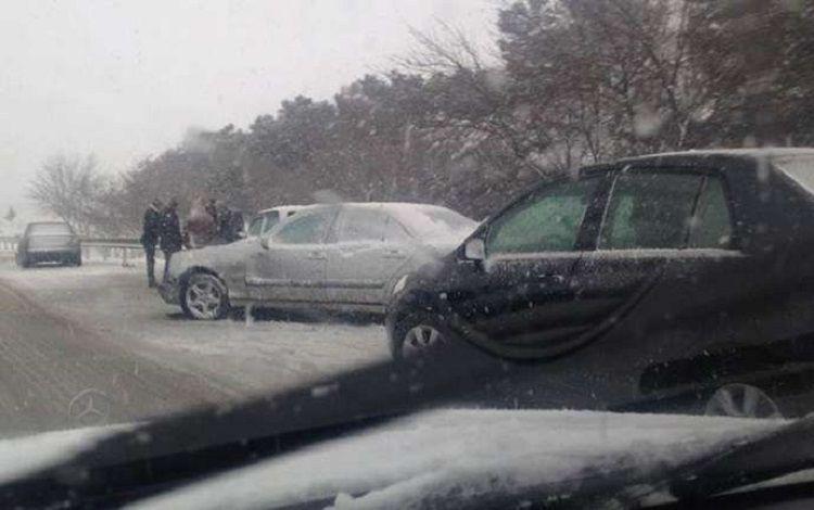 МЧС спасло людей на снежной дороге в Шамахы