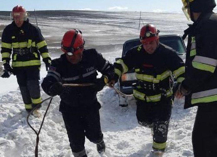 5 people stranded on snowy road rescued in Azerbaijan - VIDEO