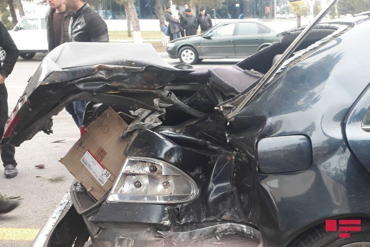 В Сумгайыте легковой автомобиль врезался в дерево