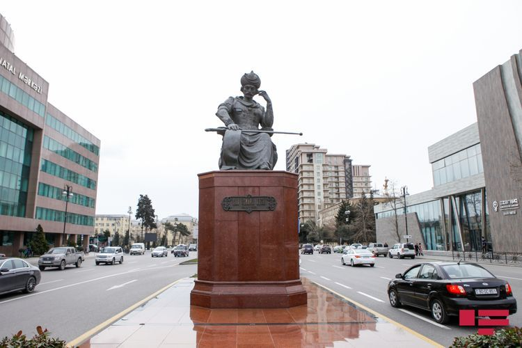 Министр прокомментировал перенос памятника Хатаи в Баку