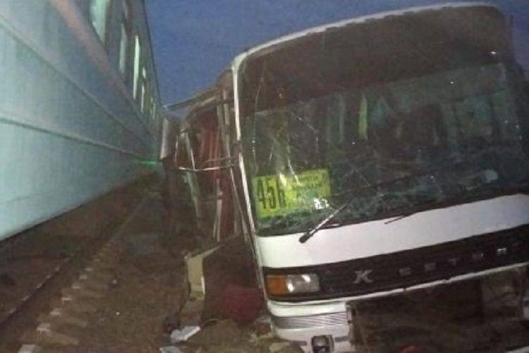 Число погибших при столкновении поезда с автобусом в Пакистане возросло до 30 - ОБНОВЛЕНО