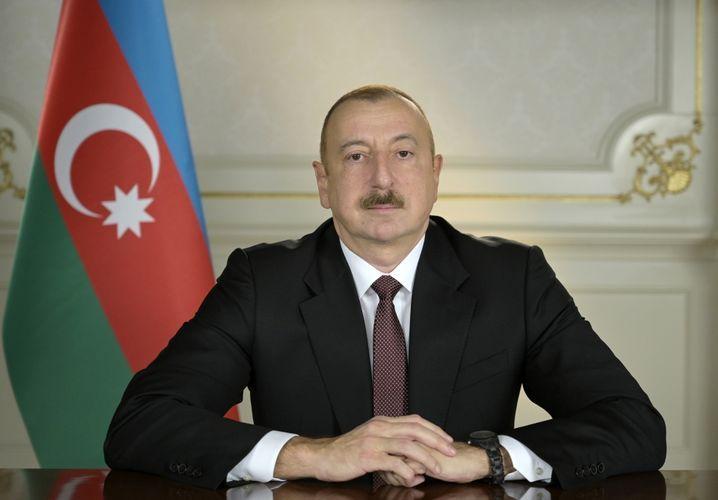 Президент Ильхам Алиев поздравил  народ с Днем солидарности азербайджанцев мира и Новым годом