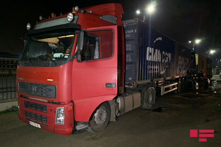 В Баку автомобиль с оторванным колесом врезался в грузовик - ФОТО - ВИДЕО