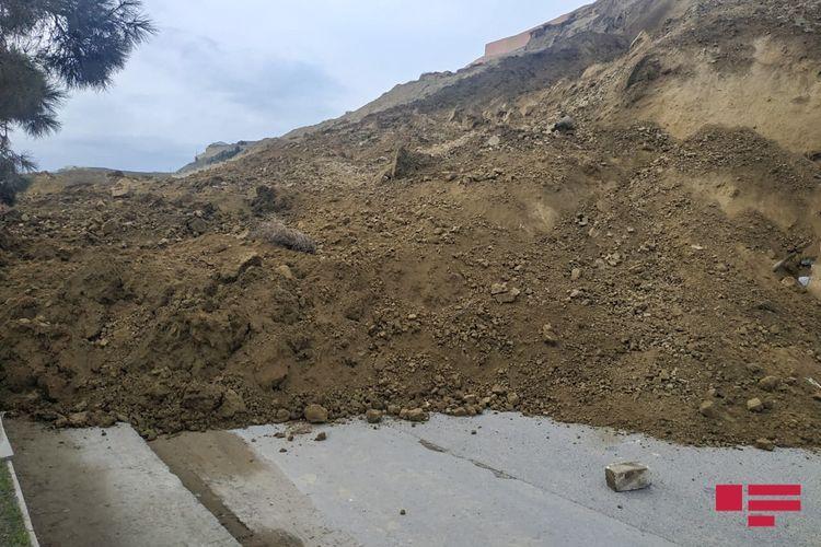 В Падамдаре вновь сошел оползень, закрыта дорога - ОБНОВЛЕНО-1 - ФОТО