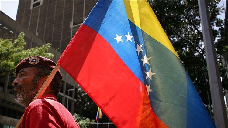 Armed civilians attack opposition convoy outside Venezuelan congress