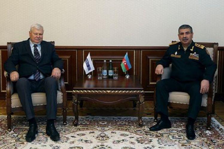 Министр обороны Азербайджана обсудил с Анджеем Каспшиком карабахское урегулирование