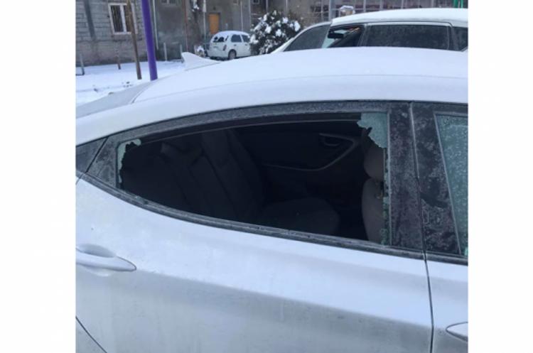 Ermənistanda deputatın avtomobilinin şüşəsi sındırılaraq qarət edilib