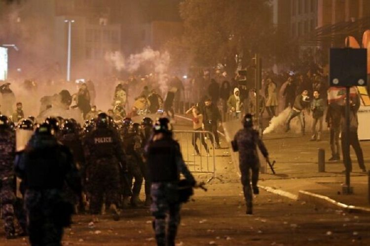 Livanda polislə etirazçılar arasında baş verən qarşıdurmalarda təxminən 70 nəfər xəsarət alıb
