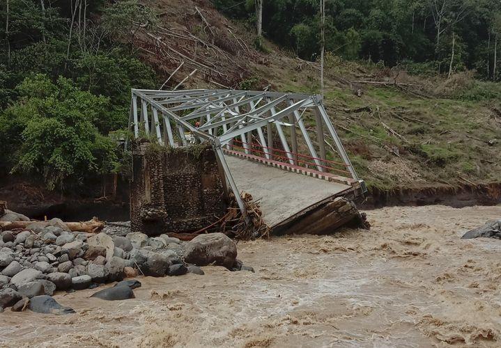 İndoneziyada körpünün çökməsi nəticəsində 9 nəfər ölüb