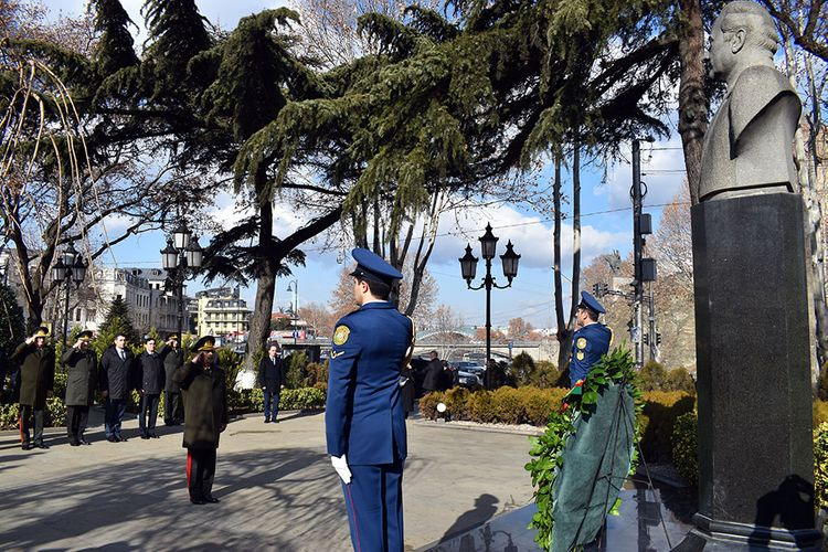 Azerbaijan's Defense Minister visits monument to national leader Heydar Aliyev in Tbilisi